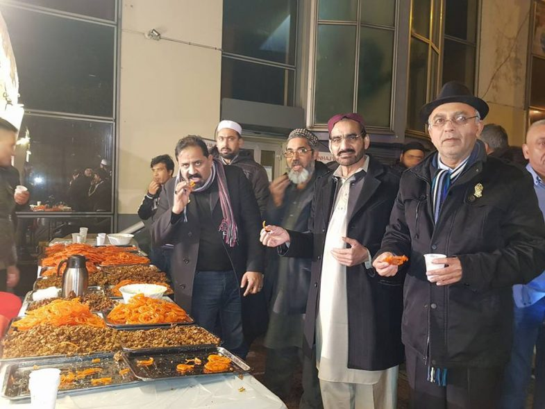 جشن میلادالنبی صلی اللہ علیہ وسلم کے  فری سٹال پر طارق چوھدری 'چوھدری ظفراقبال 'صوفی نیاز اور دیگر چائے 'جلیبی 'پکوڑے اور سموسوں سے لطف اندوز ہوتے ہوئے۔