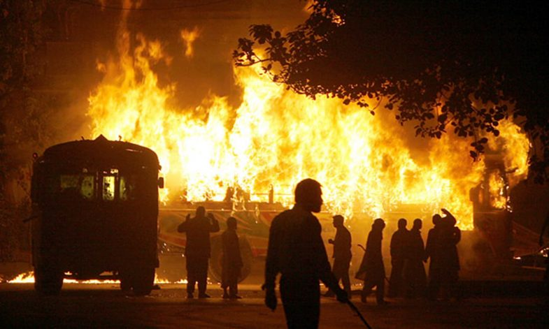 Angry protesters burn vehicles to protest the killing of Pakistan's former Prime Minister Benazir Bhutto, Thursday, Dec. 27, 2007 in Karachi, Pakistan. Bhutto was shot and killed in a suicide attack on her vehicle in Rawalpindi.(AP Photo/Shakil Adil)