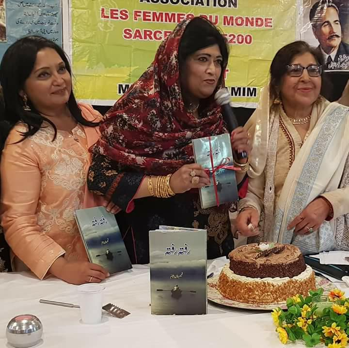 رفتہ رفتی ہ رفتہ کی رونمایی پر کیک کقٹ کاٹا جا رہا ہےا