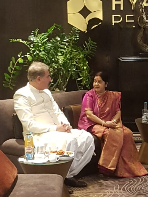 FOREIGN, MINISTER, MEET, INDIAN, FOREIGN, MINISTER, SAXHMA SAURAJ, INFORMALY, AT, BISHKIK